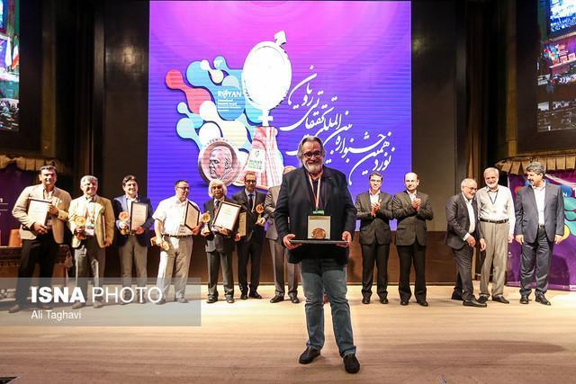 اهدای جایزه کاظمی به پروفسور دلوکا از ایتالیا