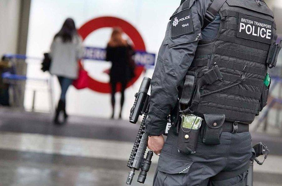 فیلم ، مهاجم چاقو به دست روی پل لندن به ضرب گلوله پلیس کشته شد ، واکنش بوریس جانسون
