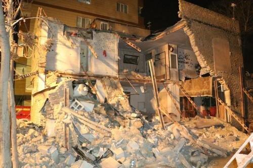 تخریب ساختمان دوطبقه و نجات معجزه آسای دو نفر از زیر آوار