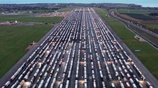 کرونای جهش یافته در انگلیس؛ سرگردانی چند هزار راننده کامیون در مرز